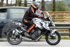 2016-KTM-1290-Super-Duke-GT-Spied-near-the-KTM-plant-in-Spain